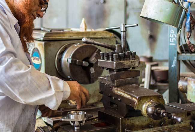 Menggunakan Mesin Bubut, sumber Metalextra